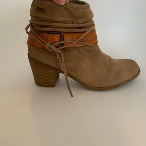 ~Roxy~ Distressed Boots